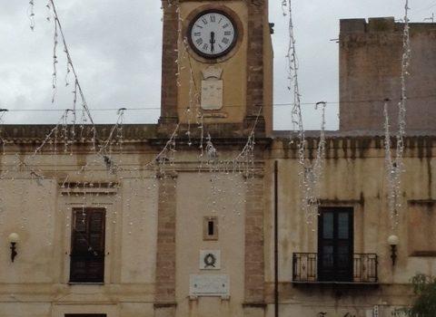 """""""L'orologio della piazza è fermo, come il paese del resto"""""""