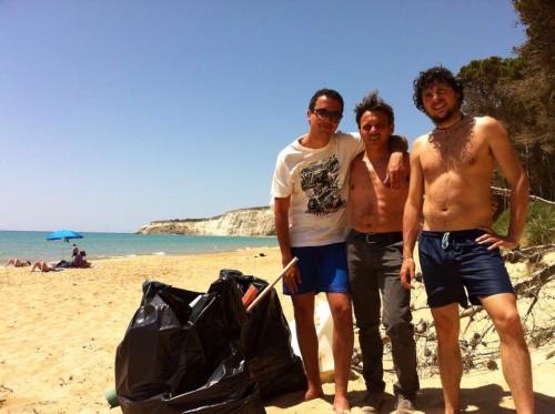 C'è chi sporca e chi pulisce….l'esempio di alcuni ragazzi cattolicesi che hanno ripulito un tratto della spiaggia di Eraclea MInoa