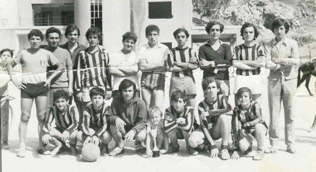 """ANNI 70. Gruppo di giocatori al campo sportivo """"Balilla"""". Riconoscete qualcuno?"""