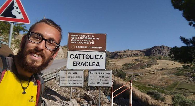 VIDEO| Viaggio in tutta Italia a piedi: Michael Zani arriva a Cattolica Eraclea