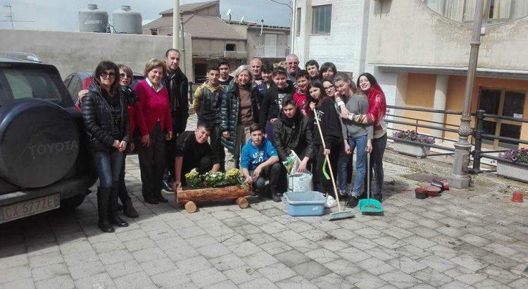 Studenti del Contino abbelliscono con piante e fiori il sagrato della chiesa del Rosario.