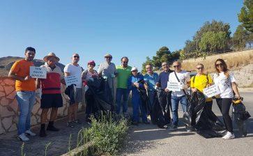Volontari raccolgono rifiuti abbandonati lungo la strada provinciale Cattolica – Montallegro